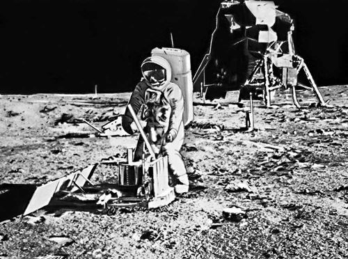 Космонавт Э. Олдрин на Луне. «Аполлон» (косм. корабль).
