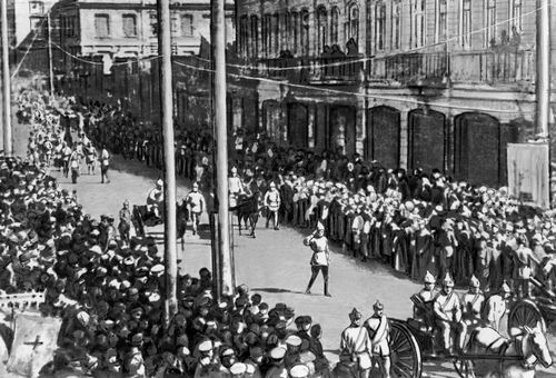 Трудящиеся Еревана приветствуют вступление в город революционных войск. 1920. Армянская Советская Социалистическая Республика.