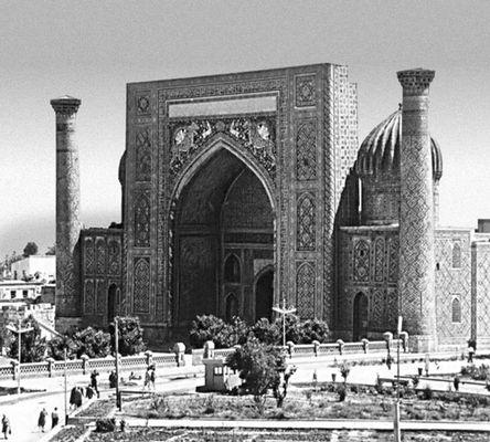 Мастер Абул-Джаббар. Медресе Шир-Дор на площади Регистан в Самарканде. 1619—36. Архитектура.