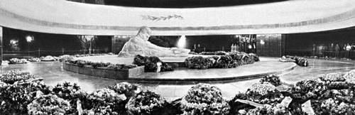 Баку. Памятник-пантеон «26 бакинских комиссаров». Мрамор, железобетон, гранит. 1968. Архитекторы Г. А. Алескеров, А. Н. Гусейнов, скульпторы И. И. Зейналов, Н. Мамедов. Баку.