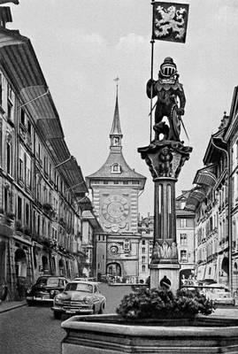 Берн. Улица Марктгассе в старой части города. На переднем плане — фонтан Церингов (16 в.), на заднем — Часовая башня (15 в.)., Берн.
