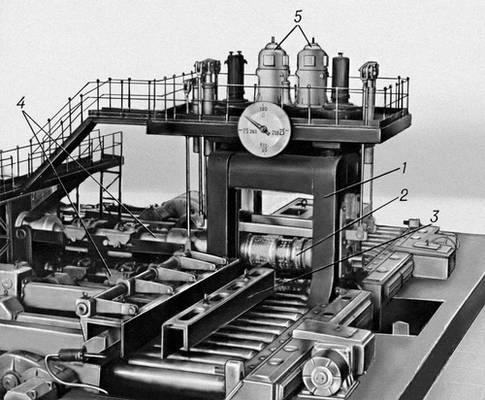 Рис. 1. Макет блюминга: 1 — рабочая клеть; 2 — верхний валок; 3 — манипулятор; 4 — универсальные шпиндели; 5 — главные электродвигатели. Блюминг.