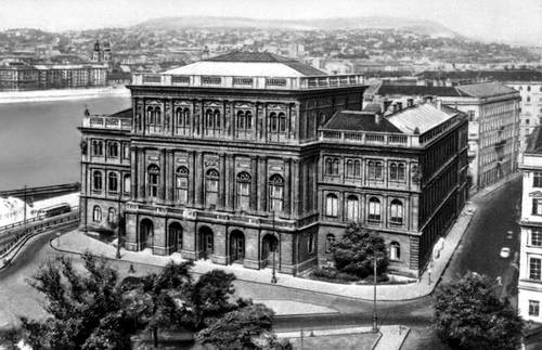 Будапешт. Здание Венгерской академии наук. Будапешт.