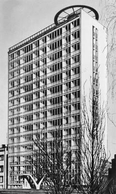 Жилой дом на Рондо Вашингтона. 1962—63. Архитектор М. Лейкам. Варшава.