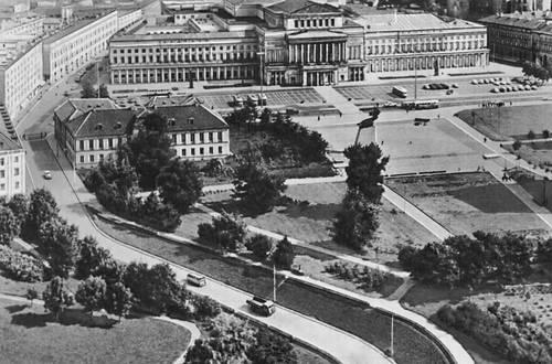 Театральная площадь. На заднем плане — здание Большого театра. («Театр Вельки»). 1820—32. Архитекторы Х. П. Айгнер и А. Корацци. Варшава.