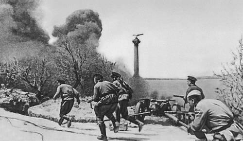 Атака пехоты на Приморском бульваре в Севастополе. Май 1944. Великая Отечественная война Советского Союза 1941-45.
