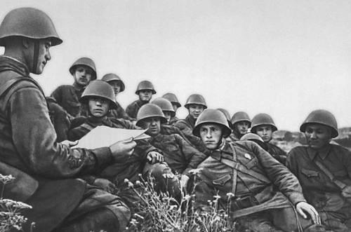 Политинформация на батарее. Июль 1941. Великая Отечественная война Советского Союза 1941-45.