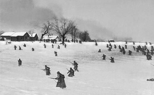 Советские войска атакуют деревню, занятую немцами. Декабрь 1941. Великая Отечественная война Советского Союза 1941-45.