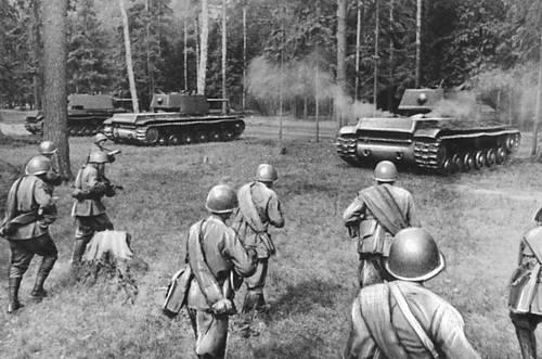 Советская пехота наступает за танками. Западный фронт. 1941. Великая Отечественная война Советского Союза 1941-45.