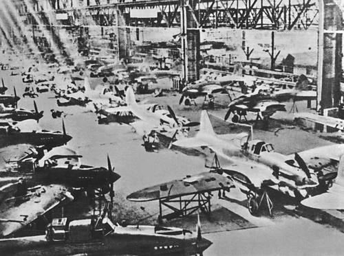Производство самолетов Ил-2 на авиационном заводе. 1942. Великая Отечественная война Советского Союза 1941-45.