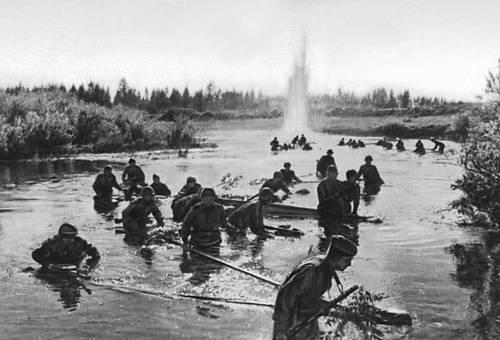 Части 8-й Гвардейской стрелковой дивизии форсируют р. Ловать. 1944. Великая Отечественная война Советского Союза 1941-45.