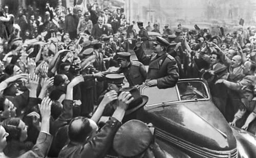 Население Праги приветствует освободителей. Май 1945. Великая Отечественная война Советского Союза 1941-45.