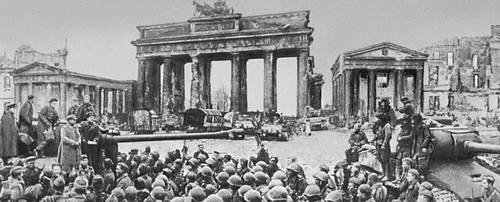 Митинг победы у Бранденбургских ворот. Берлин. Май 1945. Великая Отечественная война Советского Союза 1941-45.