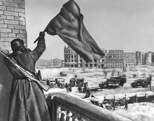 Водружение Красного знамени в центре Сталинграда. Февраль 1943. Великая Отечественная война Советского Союза 1941-45.