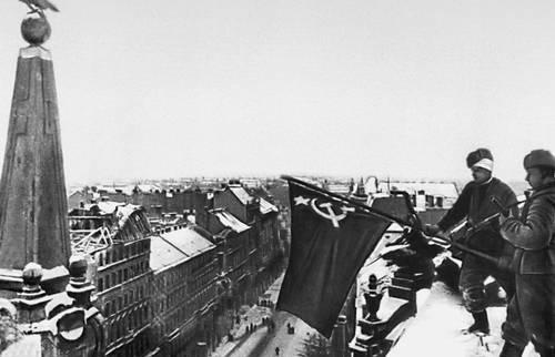Советские солдаты водружают знамя на одном из зданий Будапешта. Февраль 1945. Великая Отечественная война Советского Союза 1941-45.