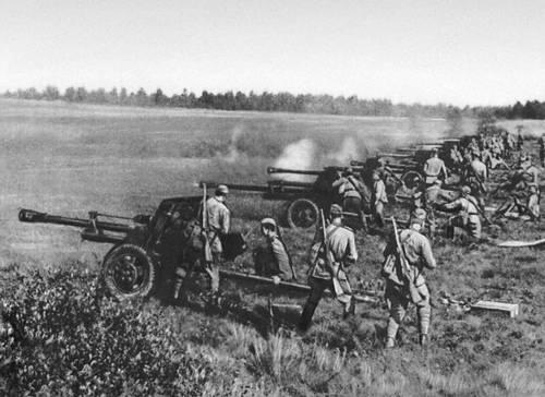 Противотанковая артиллерия на огневой позиции под Брянском. 1943. Великая Отечественная война Советского Союза 1941-45.