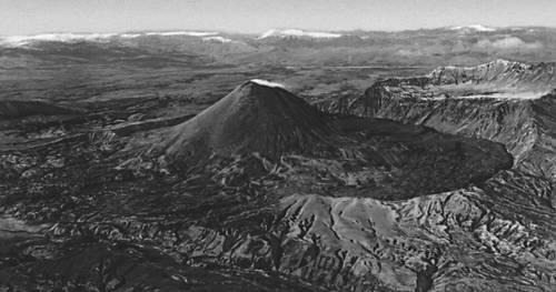Вулканы. Вулканическое сооружение, сопровождаемое кальдерой (Карымская Сопка, Камчатка). Вулкан.