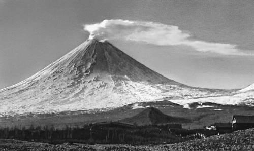 Вулканы. Конусообразная форма (вулкан Ключевская Сопка, Камчатка). Вулкан.