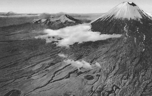 Вулканы. Побочные кратеры вулкана Ключевская Сопка. Вулкан.