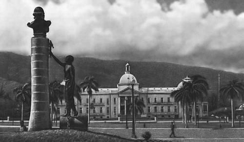 Национальный дворец и памятник Ф. Д. Туссен-Лувертюру (скульптор Э. Лафорестьер) в Порт-о-Пренсе. Гаити (Республика Гаити).