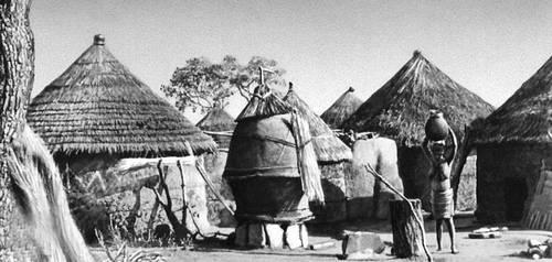 Деревня народа сомба в Северной Дагомее. Дагомея.