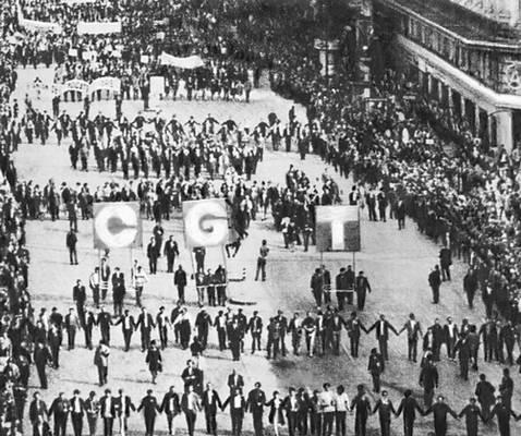 Демонстрация трудящихся в дни национальной забастовки во Франции. Париж. 1968. Забастовка.