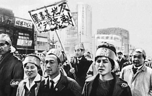 Демонстрация бастующих кондукторов и водителей автобусов в Токио. Япония. 1963. Забастовка.