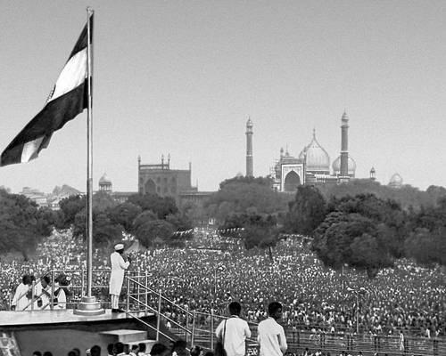 Празднование 13-й годовщины независимости. Премьер-министр Дж. Неру выступает на массовом митинге. Индия.
