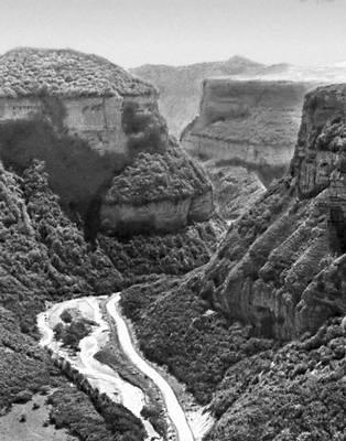 Ущелье Баксана прорезает горные гряды типа куэст на северном склоне Большого Кавказа. Кавказ.