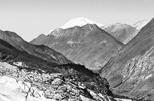 Ущелье на северном склоне Большого Кавказа и гора Эльбрус. Кавказ.