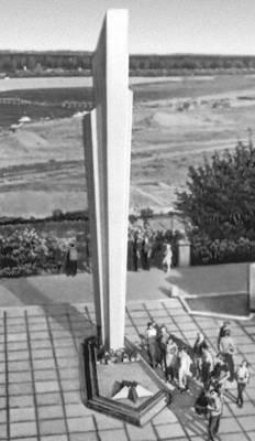 Памятник кировчанам, погибшим в Великой Отечественной войне 1941—45. Бетон. 1967. Архитектор Ю. И. Карамзин. Киров (центр Кировской обл.).