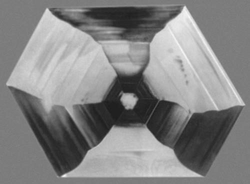 Рис. 8. Зонарное и секториальное строение кристалла алюмокалиевых квасцов. Кристаллизация.
