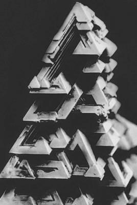 Рис. 7. Скелетный кристалл шпинели. Кристаллизация.