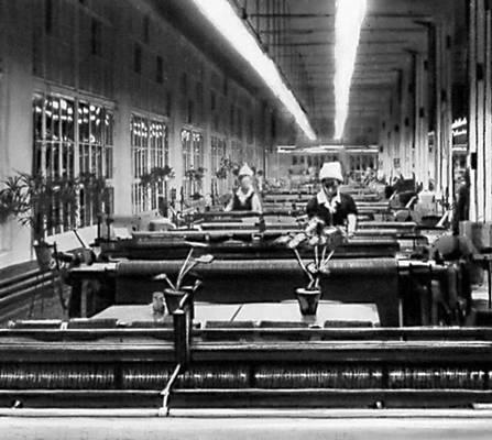 Бесчелночные станки (СТБ) в ткацком цехе Купавинской тонкосуконной фабрики имени И. Н. Акимова (Московская область). Лёгкая промышленность.
