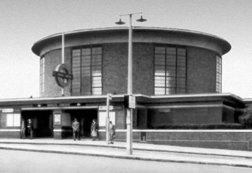 Станция метрополитена «Арнос-Гров» (Мидлсекс) в Лондоне. 1932. Архитекторы П. Адамс, Ч. Холден и Пирсон. Метрополитен.