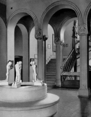 Х. ван де Вельде. Фолькванг-музей в Хагене (Германия). 1901—02. («Фонтан коленопреклонённых» — мрамор, 1898, скульптор Ж. Минне). «Модерн».