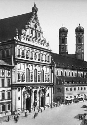 Церковь Санкт-Михаэль-кирхе. 1583—97. Архитектор Ф. Сустрис. На заднем плане — церковь Фрауэнкирхе (1466—92, архитектор Й. Гангхофер). Мюнхен.