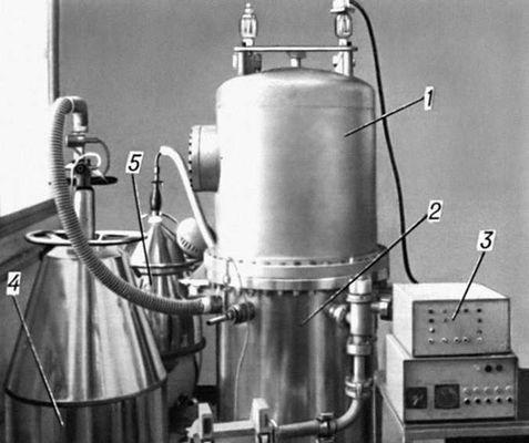 Рис. 2а — внешний вид крионасоса и откачиваемого рабочего объёма: 1 — корпус крионасоса; 2 — рабочий объём; 3 — электронная система управления и регулировки; 4 — сосуд с жидким азотом и 5 — с жидким гелием. Низкие температуры.