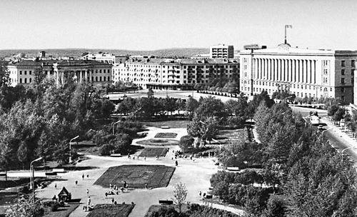 Парк на ул. Горького. Справа — здание Дома Советов (1956, типовой проект). Новгород.