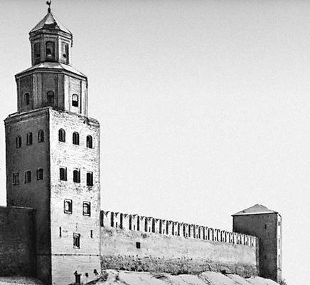 Стены Детинца и сторожевая башня Кокуй (перестроена в 1960-х гг., архитектор С. Л. Ефимов). Новгород.