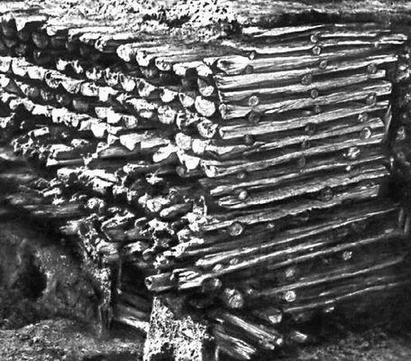 Новгород. Разрез настилов мостовой Великой улицы. Древнейший настил (28-й ярус) построен в 953. Новгород.