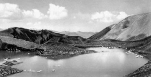 Горное ледниково-эрозионное озеро на Памире. Озёра.