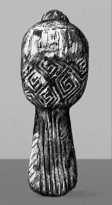 Фигурка птицы из стоянки Мезино (близ Новгорода-Северского). Бивень мамонта. Поздний палеолит. Копия. Орнамент.