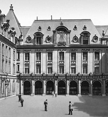 Двор Сорбонны. Начат в 1629. Архитектор Ж. Лемерсье. Париж.