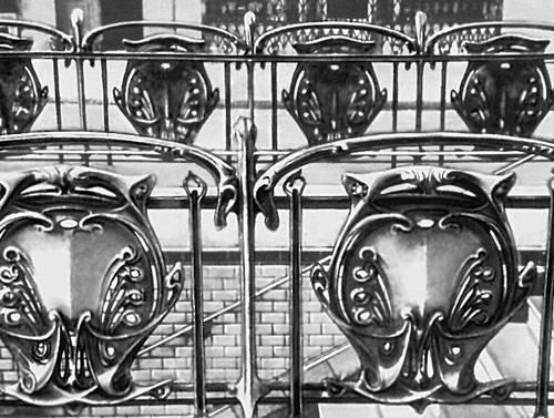 «Модерн». Декоративно-прикладное искусство. Э. Гимар. Ограда станции метрополитена в Париже. Кованое железо, роспись. Около 1900. Париж.