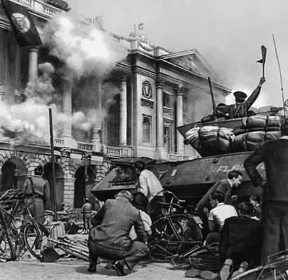 Бои на одной из улиц Парижа в дни восстания. 1944. Парижское восстание 1944.