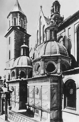 Вавель. Кафедральный костёл (14 в.) с капеллой Сигизмунда I (1517—33) и (слева) капеллой Вазов (1667). Польша.