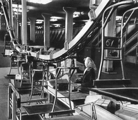 Рис. 3. Цепной конвейер для сортировки посылок (СССР). Почтовая техника.