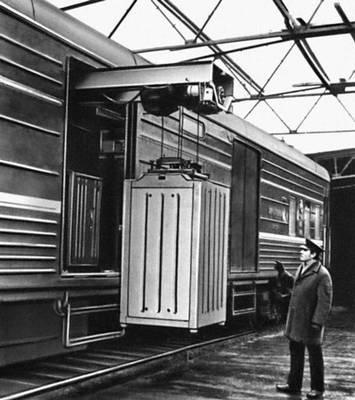 Рис. 4. Специализированный почтовый вагон для перевозки контейнеров (СССР). Почтовая техника.