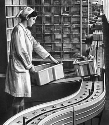 Рис. 2. Конвейер для транспортирования ящиков с письмами с автоматической выгрузкой их согласно адресу (СССР). Почтовая техника.